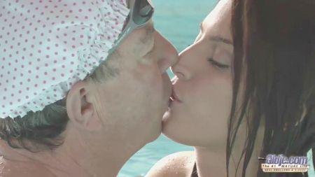 Lesbian Kissing And Bobs Sucking